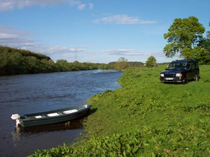 Photo of a 4x4 down by a boat on the River Isla